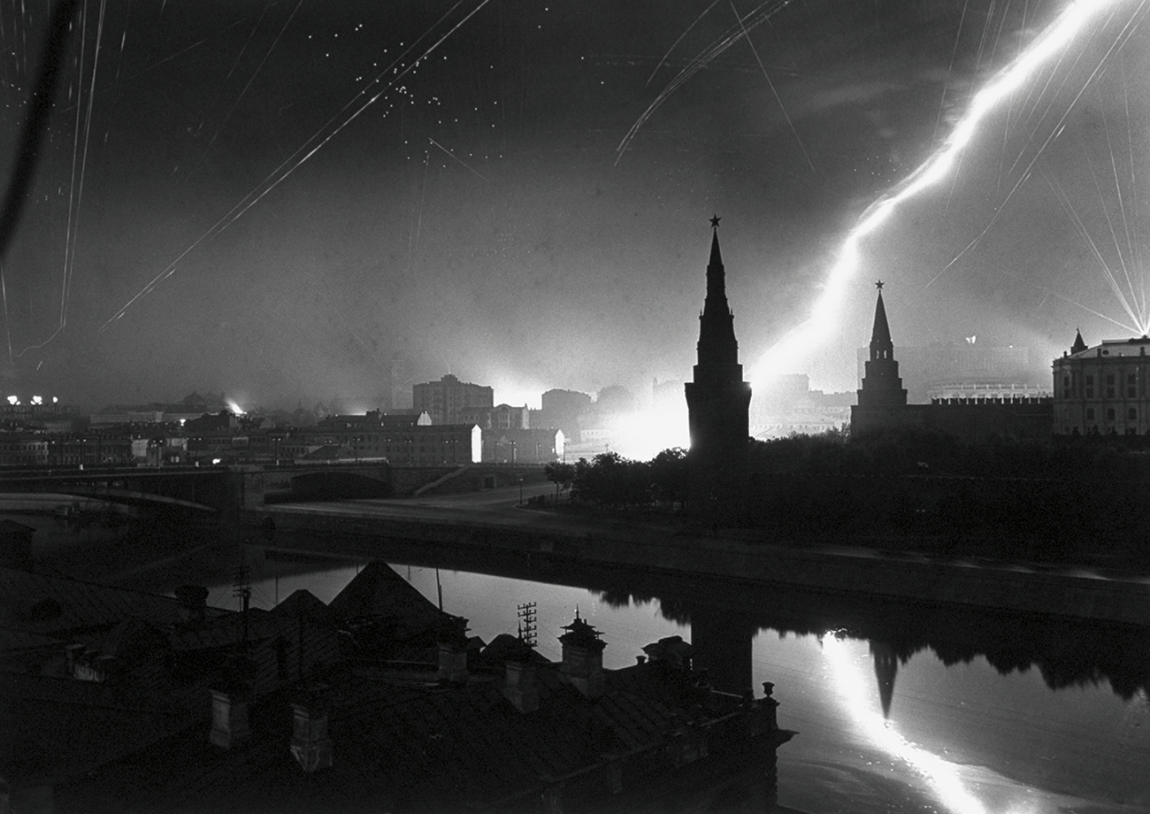Margaret Bourke-White_Central Moscow with Antiaircraft Gunners_1941.Id_10261